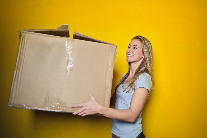 femme qui tient une boite